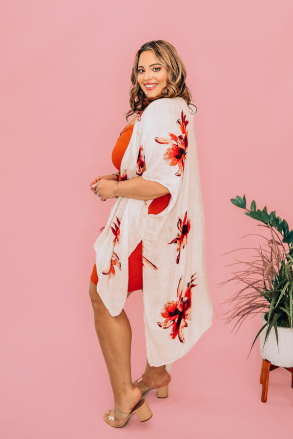 LONG-LINE, OPEN-FRONT, WHITE FLORAL KIMONO. SIDE SLIT. 100% VISCOSE. PIPER IS A SIZE 0. AND NIKI IS A SIZE 14, BOTH WEARING OS. OS 0-20