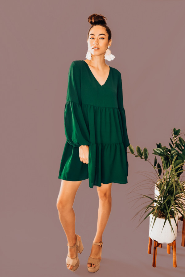 EMERALD GREEN TIERED LONG SLEEVE DRESS. VNECK WITH ELASTIC SLEEVES. 100% POLYESTER. PIPER IS 5'4 SIZE 0, WEARING SMALL. NIKI IS SIZE 14, WEARING AN XLARGE. XS 0-2 S 4-6 M 8-10 L 10-12 XL12-14