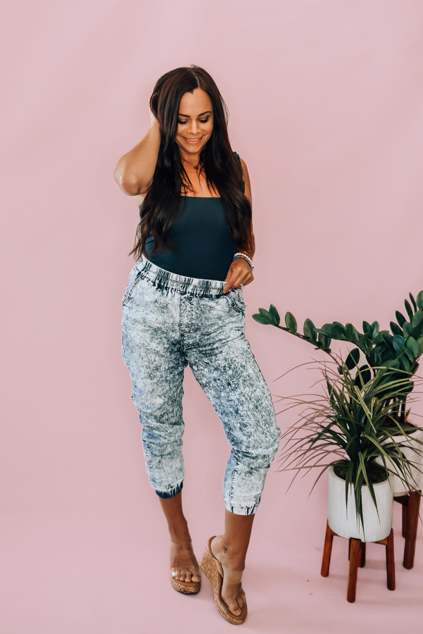 ACID WASH HIGH WAISTED PANTS. ELASTIC WAIST AND BOTTOM OF PANT. 98% COTTON 2% SPANDEX. PIPER IS 5'4, SIZE 0 WEARING SMALL, STEPHANIE IS SIZE 4 WEARING SMALL. NIKI IS SIZE 14 WEARING LARGE. SMALL 0-4 MEDIUM 6-10 LARGE 12-16 1X 16-18 2X 18-20 3X 20-22