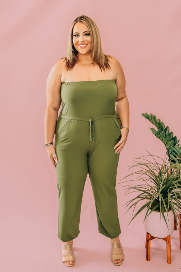 OLIVE STRAPLESS ROMPER WITH ELASTIC TOP. DRAWSTING, HIGH WAIST. 95% POLYESTER, 5% SPANDEX. STEPHANIE IS A SIZE 4, WEARING A SMALL AND NIKI IS A SIZE 14 WEARING AN XL  XS 0-2 S 4-6 M 8-10 L 10-12 XL 12-14