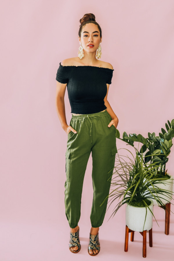 OLIVE, CUFFED CARGO PANTS WITH BUTTON CLOSURE POCKETS AND DRWASTRING WAIST. 55% LINEN, 45% VISCOSE. AVAILABLE IN THREE COLORS – MOCHA, OLIVE, WHITE. PIPER IS 5'4, SIZE 0 WEARING A SMALL.  S 0-4 M 4-8 L 10-12