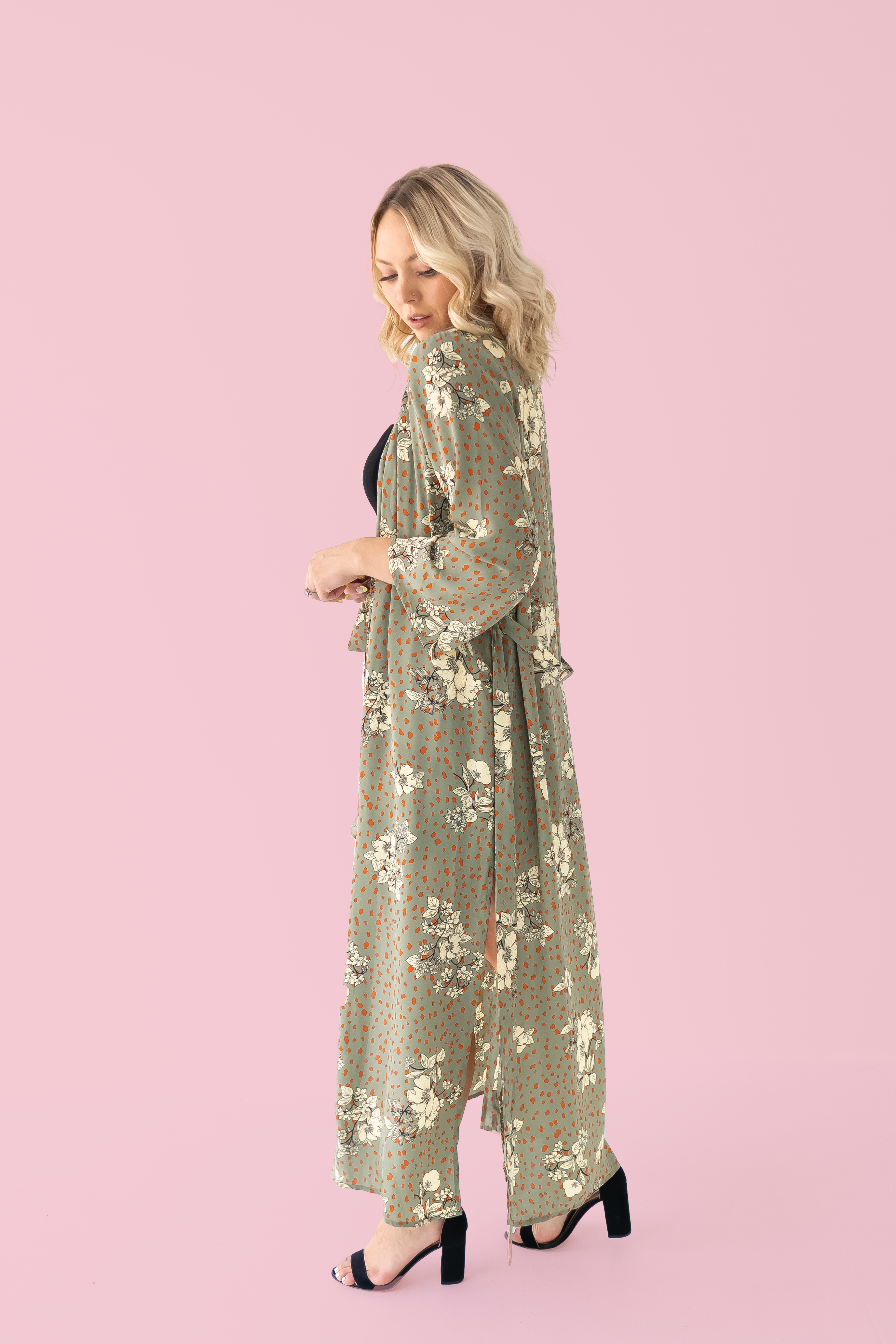 """EXCLUSIVE TO MAVERICK! FLOWY LONG KIMONO, SLITS ON BOTH SIDES WITH POCKETS AND REMOVABLE TIE. 100% POLYESTER. AMANDA IS A SIZE 2, WEARING A SMALL. GABBY IS 5'8"""" A SIZE 10/12 AND 38DD WEARING AN XLARGE. XS 0-2 S 4-6 M 8-10 L 12-14 XL 16-18"""