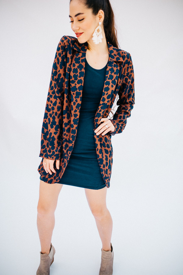 LEOPARD PRINT BLAZER WITH  SHOULDER PADS AND POCKETS. 100% POLYESTER.  X-SMALL 0-2 SMALL 4-6 MEDIUM 8-10 LARGE 12-14 X-LARGE 16-18