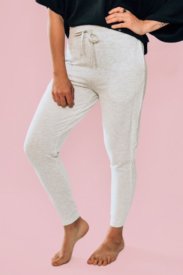 OVERSIZED GREY DRAWSTIRNG JOGGERS WITH FRONT POCKETS. AVAILABLE IN GREY AND OLIVE. 68% RAYON, 29% COTTON AND 3% SPANDEX. AMANDA IS 5'6, SIZE 2, WEARING A SMALL. NIKI IS SIZE 14, WEARING A MEDIUM. S 0-6 M 6-12 L 12-18