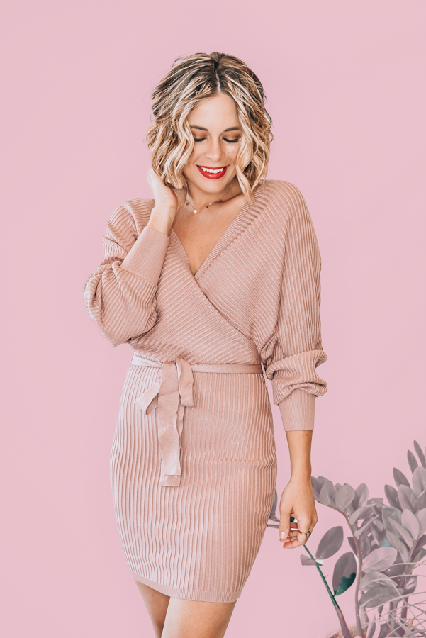 VERY STRETCHY, RIBBED MATERIAL. SURPLICE FRONT AND BACK. BALLOON SLEEVE. REMOVABLE TIE WAIST. 83% VISCOSE 17% POLYESTER. AMANDA IS A SIZE 2, WEARING A SMALL. S 0-4 M 6-10 L 12-14