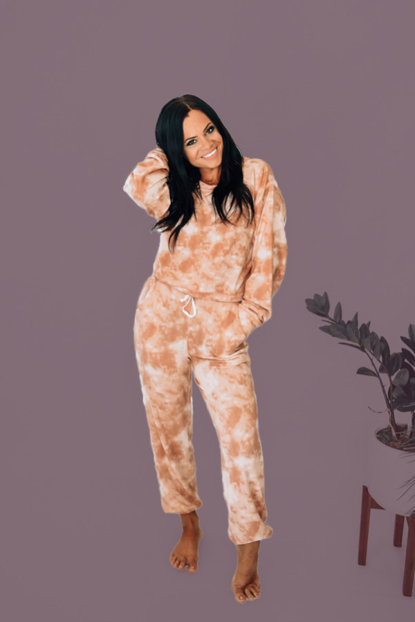BLUSH TIE DYE SWEATSUIT. LONG SLEEVE CREWNECK TOP AND ELASTIC TIE WAIST BOTTOMS WITH FUNCTIONAL POCKETS. 93% POLYESTER, 7% SPANDEX. STEPHANIE IS 5'1, SIZE 4, WEARING A SMALL. S 0-4 M4-8 L8-12