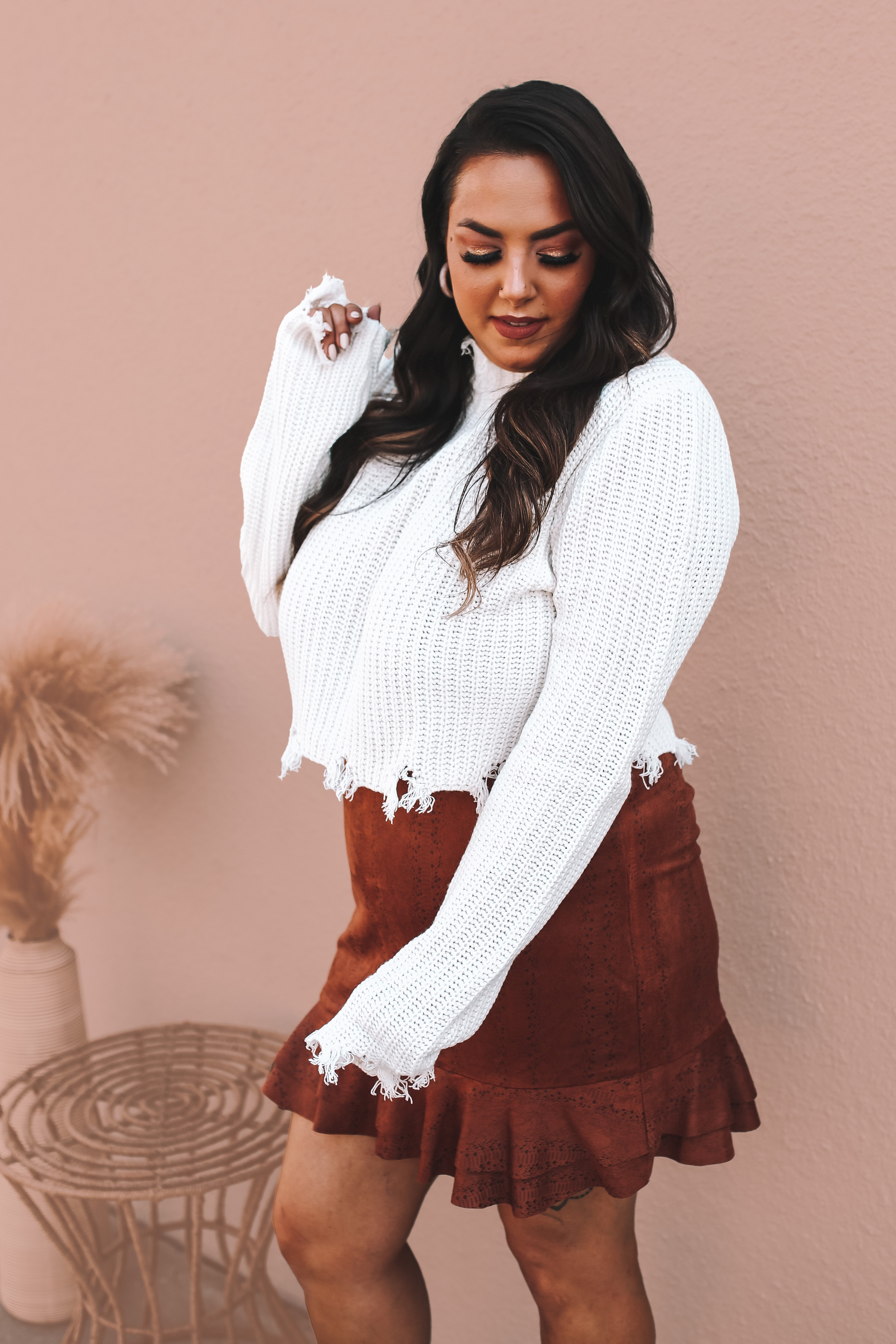 WHITE KNIT, SEMI CROPPED, MOCK NECK SWEATER WITH FRINGED DISTRESSING ON EDGES. 100% ACRYLIC. AMANDA IS 5'7 SIZE 2, WEARING A SMALL. GABBY IS SIZE 10/12 WEARING XL. S 0-2 M 4-6 L 8-10 XL 10-12