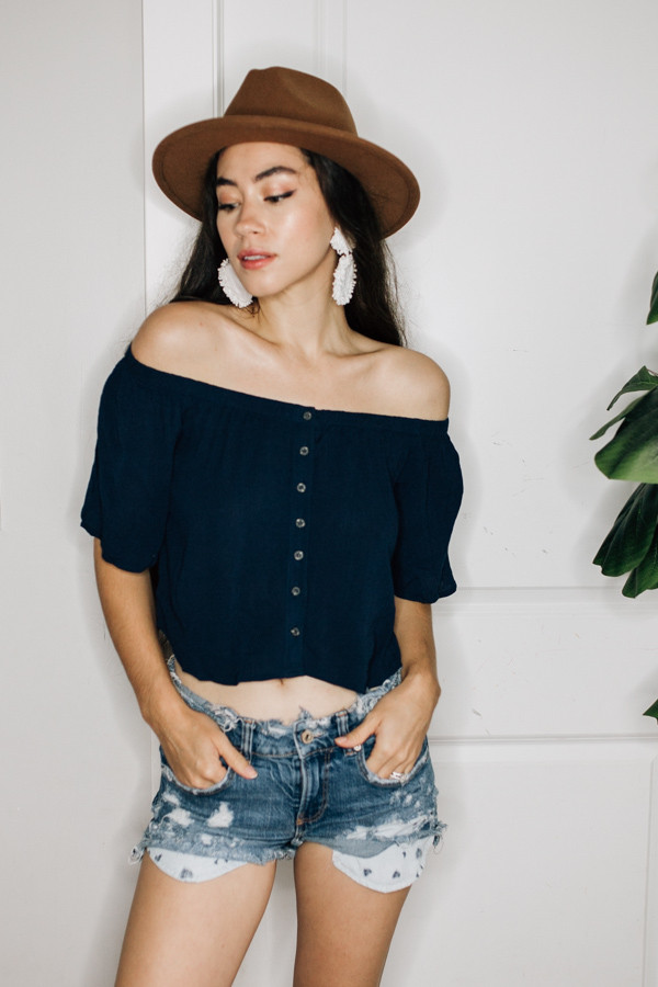 OFF THE SHOULDER, BOTTON DOWN TOP. COMES IN NAVY, RUST, AND WHITE. 100% RAYON.  SMALL 0-4 MEDIUM 6-10 LARGE 12-14