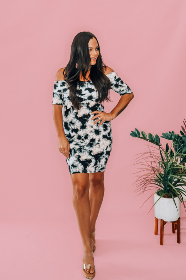 NAVY TIE DYE DRESS. OFF-THE SHOULDER BODYCON DRESS. COMES IN TWO COLORS – MAROON AND NAVY. 96% POLYESTER, 4% RAYON. PIPER IS A SIZE 0, WEARING A SMALL. NIKI IS A SIZE 14 WEARING A LARGE.  S 0-6 M 6-12 L 12-16