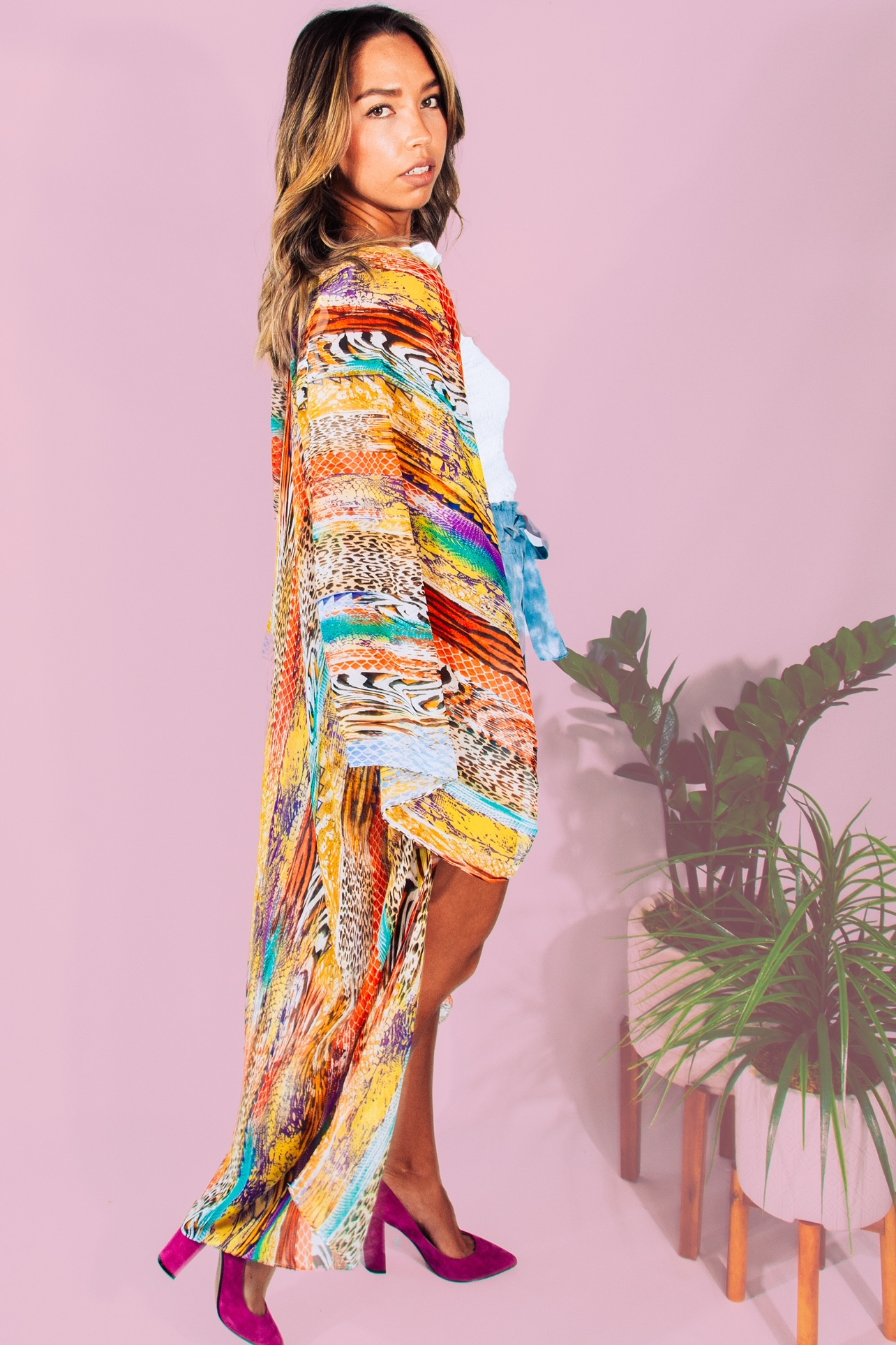 Long, oversized and flowy kimono, perfect for beach cover up or the perfect boho outfit. 100% polyester. Dallan is a size 4/6 wearing a small.  S 0-10 M 10-20 L 20-24